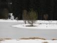 Dostat se k břehu pro lepší kompozici fotky není lehké. Pod sněhem jsou skryty podmáčené prohlubně a každým krokem hrozí propadnití.