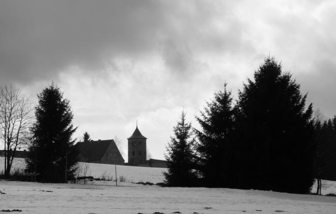 Z Haidmühle vidíme nejprve věž kostela. Bití z ní k nám doléhá pravidelně každou čtvrthodinu.
