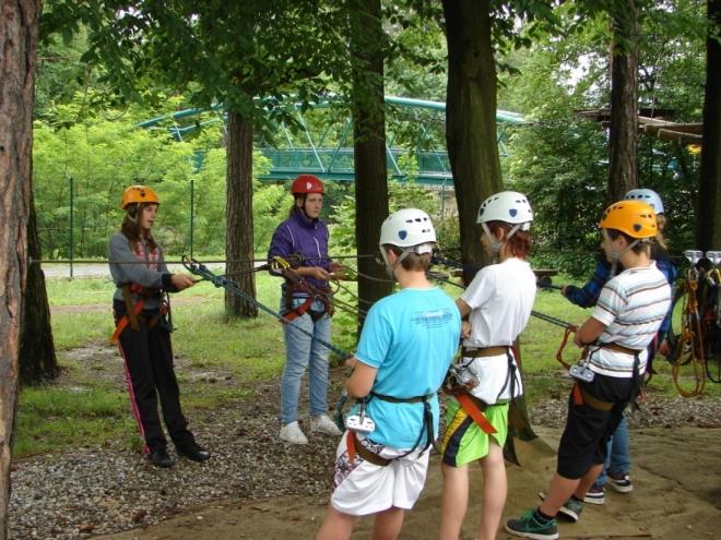 Žáci v lanovém centru v Rožnově pod Radhoštěm (Tomáš Novotný)