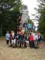 Společné foto 9. B s třídní H. Šimkovou u sochy Radegasta (Tomáš Novotný)
