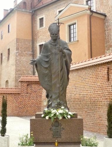Socha Jana Pavla II. před katedrálou
