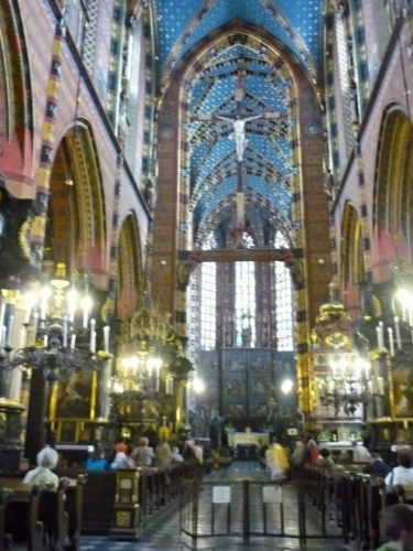 Uvnitř Mariánské baziliky (špatná kvalita)