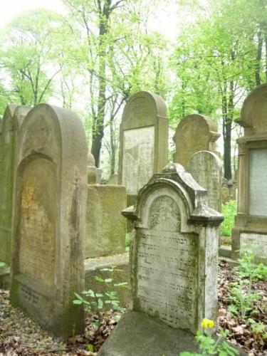 Čím jsme hlouběji, tím náhrobky víc stárnou