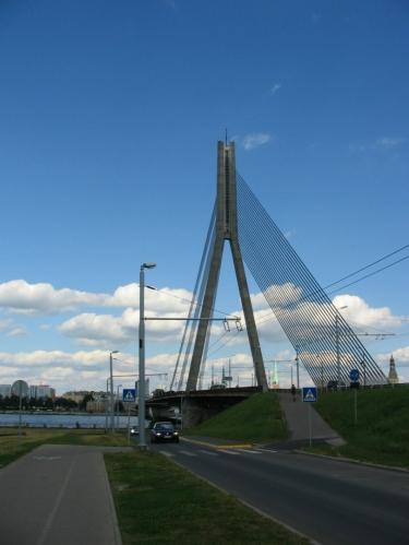 Skoro 600 metrů dlouhý most Vanšu je asi nejnápadnějším z pěti mostů přes Daugavu v lotyšském hlavním městě a zároveň posledním mostem na řece před jejím 15 km vzdáleným ústím. Aby po nosných kabelech nešplhali sebevrazi a jiní dobrodruzi, což se prý děje celkem běžně, jsou na mostě neustále přítomni nejméně dva hlídači.