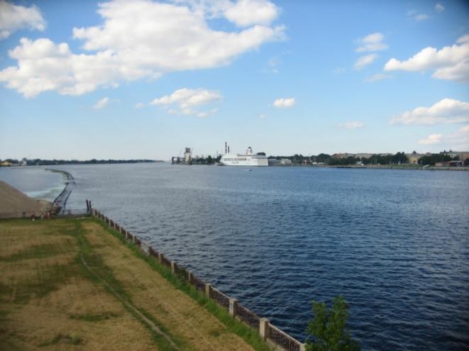 Rižský přístav slouží nákladní i osobní dopravě. Na fotce kotví trajekt Romantika estonské společnosti Tallink zajišťující spojení do Stockholmu, pravidelnou linkou lze doplout i do Lübecku v Německu.