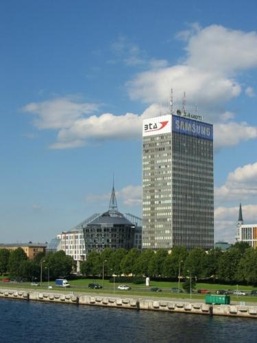 Výšková budova na východním, tedy pravém břehu. Na této straně řeky se nachází i samotné centrum Rigy.