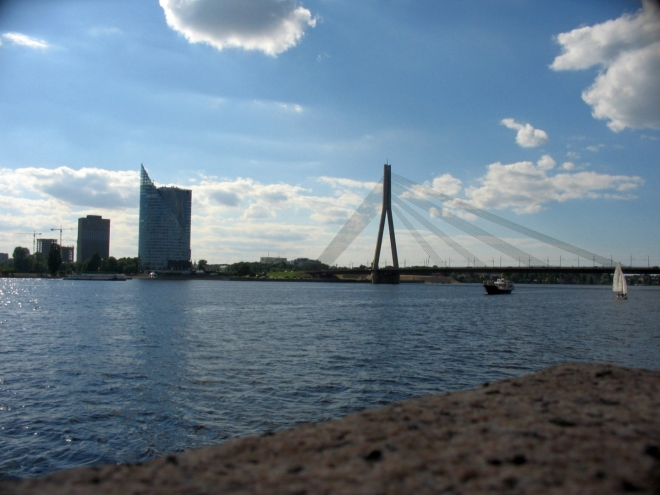 Nyní se díváme zpět k ostrovu Ķīpsala, kde stojí aktuálně nejvyšší ze všech standardních budov v Lotyšsku, 123 metrů vysoké sídlo banky Swedbank. Vůbec nejvyšší stavbou v Lotyšsku (a jednou z nejvyšších v Evropě) je pak 368,5 m vysoká televizní věž na jednom z ostrovů v jižní části města, k jejímu vyfocení jsem se ale nedostal.
