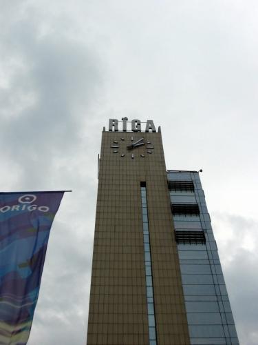 Nádražní věž se s ním co do výšky nemůže měřit, ale i tak je důstojnou dominantou celého nádraží.
