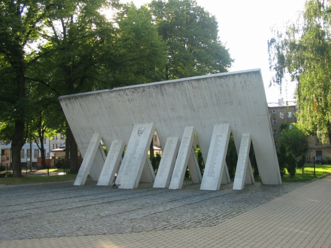 Památník věnovaný lidem, kteří za války zachraňovali Židy před nacisty, vztyčen byl v roce 2007. Celkem je zde vytesáno 269 jmen v čele s nejpilnějším zachráncem, jímž je Jānis Lipke.