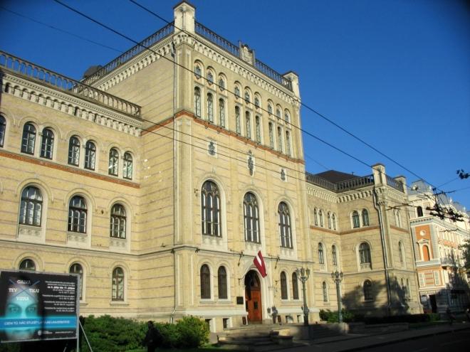 Postupně jsme se dostali zpět na severní stranu kolejí a dále pokračujeme širším centrem města, které je od historického jádra (Vecrīga) odděleno pásem zeleně a vodním kanálem. Na fotce hlavní budova Lotyšské univerzity (Latvijas Universitāte), založené v roce 1919.
