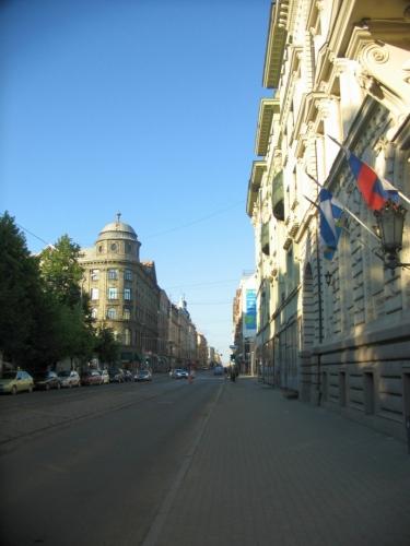 Oblast severovýchodně od starého města se vyznačuje souvislými bloky domů a převážně pravoúhlou sítí ulic, které jsou typicky velmi dlouhé. Pár těch kilometrů má i ulice Krišjāņa Barona, zachycená na této fotce.