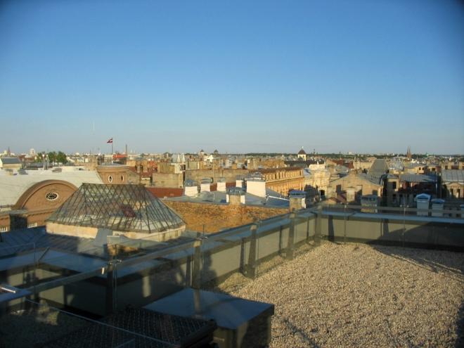 Dāvis se pro nás během putování ulicemi snaží najít nějakou hezkou vyhlídku, ze střechy obchodního domu se mi ovšem i kvůli stále agresivnějšímu slunci povedlo vyfotit pouze tyto střechy. Pohled z centra na jih až východ.