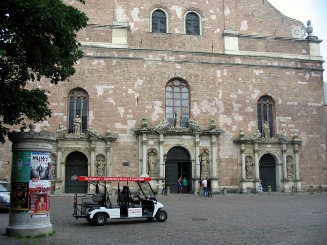 Spodní část kostela zdobí tři takřka shodné portály.