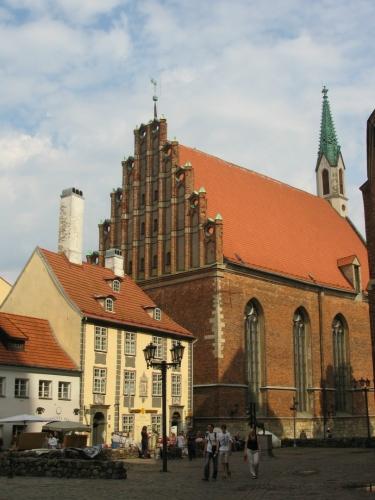 Touláním po všech možných koutech starého města trávíme většinu odpoledne. Na fotce kostel svatého Jana (Svētā Jāņa Evaņģēliski luteriskā baznīca), který se nachází kousek za Svatým Petrem.