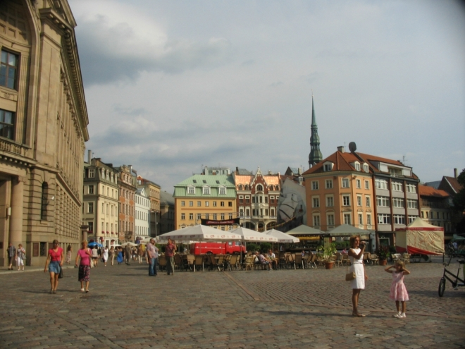 Katedrální náměstí (Doma laukums) je spolu s Radničním asi nejdůležitějším náměstím v Rize, zaujalo mě zejména svým nepravidelným půdorysem. Jak název napovídá, nachází se zde katedrála. Rižský dóm je velká románská stavba, největší kostel v Pobaltí, jehož základy byly položeny v roce 1211. Je proslulý mimo jiné svými varhanami, ve středověku dokonce největšími na světě. Ty současné, se 6768 píšťalami, pocházejí z roku 1884.