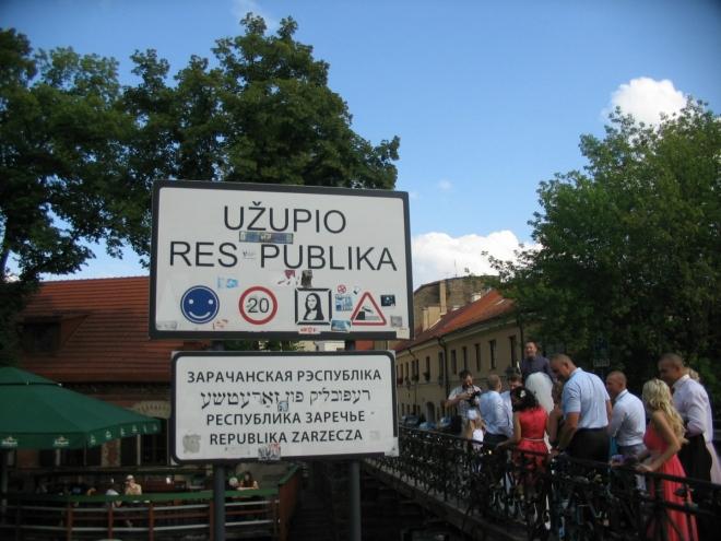 """Z Radničního náměstí se vydáváme na východ do proslulé čtvrti Užupis, kterou od zbytku starého města odděluje řeka Vilna (Užupis lze zhruba přeložit jako """"Zářečí"""")."""