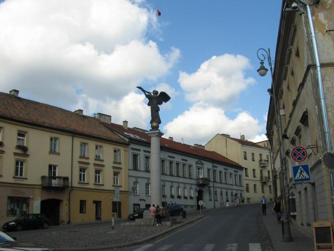 Hlavní náměstí zdobí sloup se sochou troubícího archanděla Gabriela, která v roce 2002 vystřídala provizorní sochu vejce.