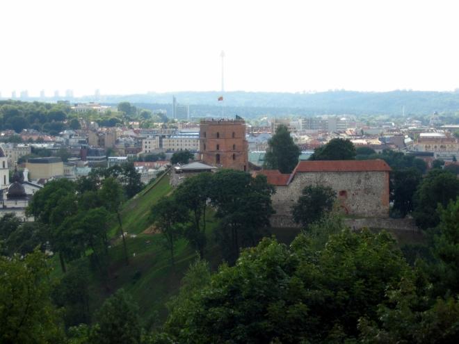 Dostáváme se na kopec Tří křížů, jenž poskytuje nádherné výhledy na město, fotografické podmínky ani fotograf bohužel nejsou ideální. Pohled na sousední Gediminův vrch, kde se nachází pozůstatky horního vilniuského hradu