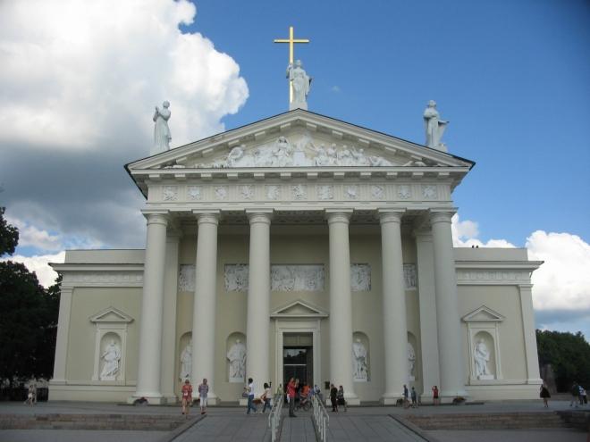 Malým městským parkem jsme se dostali na Katedrální náměstí, které je zřejmě tím úplně nejdůležitějším náměstím ve Vilniusu. První katedrála zde stála už ve 13. století, ale v průběhu dalších staletí měla mnoho následovnic, žádná ve své původní podobě nevydržela příliš dlouho. Nejdéle bez výraznější změny stojí dnešní verze, která byla vybudována koncem 18. století v klasicistním stylu s barokními prvky.