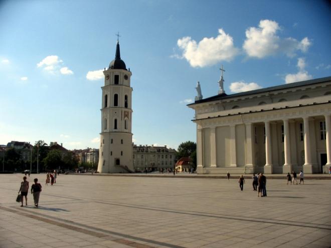 Před katedrálou je zajímavě umístěna věž se zvonicí a hodinami. Údajně jde o přestavěnou obrannou věž, v oblasti náměstí původně stával dolní vilniuský hrad.