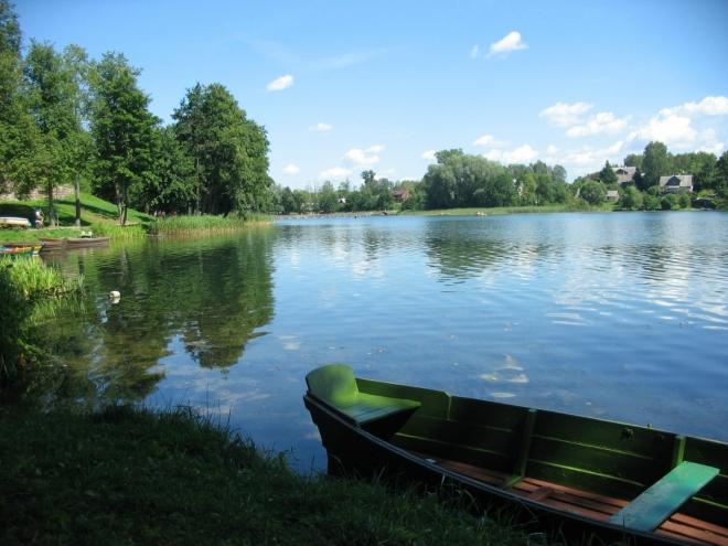 Poblíž sloupové kapličky odbočujeme do parku na severovýchodě poloostrova (pokud se na takto útlém poloostrově dá o severovýchodě vůbec hovořit). Chvíli se zdržujeme u jezera Bernardinų, je zde příjemný klid.