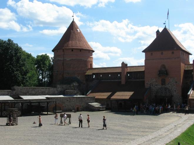 Pohled k hlavní bráně, kde se neustále stojí fronty na vstupenky
