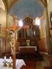 Oltář je jednoduchý a původní.