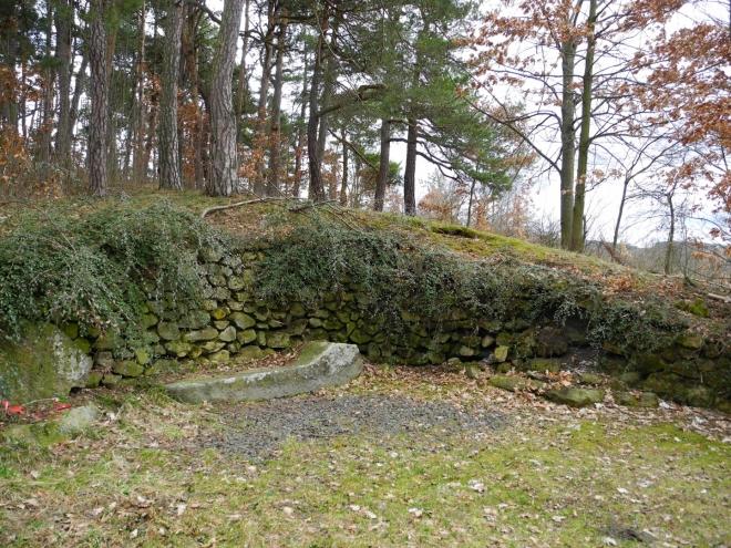 Kníže Gustav Joachim, který byl pánem v Žihobcích v letech 1831–1862, zde část roku pobýval a oblíbil si místo v kopci za zámkem, kde založil park a v nejhezčím místě pak vyhlídkové lože s kamenným lehátkem. Lehátko se dochovalo a tak od něho obdivujeme krásný výhled do kraje na vrcholky Javorník (1065 m), Ždánov (1064 m) a Sedlo (902 m).