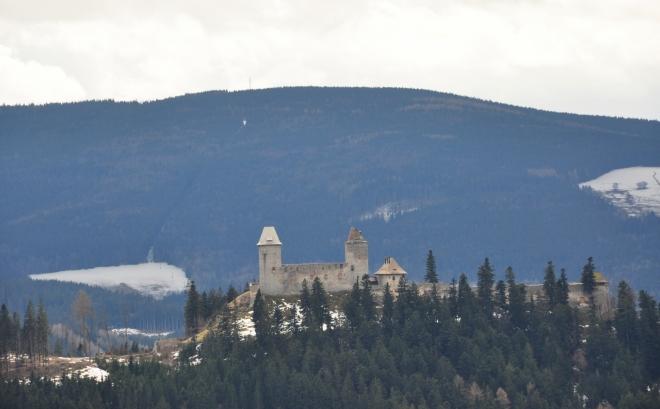 Kašperk má v pozadí mohutný masív Huťské hory (1 187m).