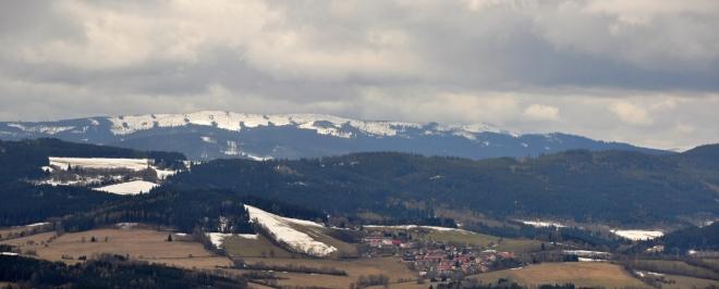 Následuje Polom (1 295m) a nejvyšší vrchol Šumavy Velký Javor (1 456m), který nepatrně vykukuje vpravo.
