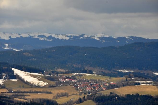 Hartmanice jsou spolu s Hamižnou horou hluboko pod Polomem a V. Javorem.