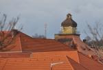 Přes střechy lze od Otavy spatřit věž bývalého závodu Solo Sušice.