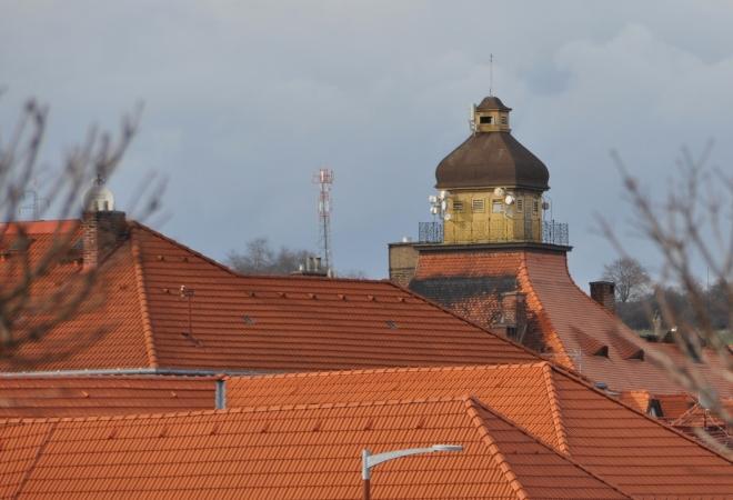 Přes střechy lze od Otavy spatřit zajímavou věž.