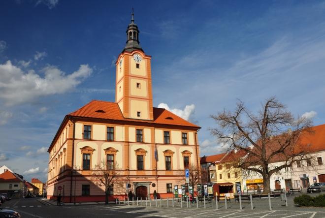 Radnice s 31m vysokou věží je dominantou náměstí. Původní budova z konce 16. století získala svou dnešní podobu po přestavbě v letech 1850-51. Dochoval se kamenný renesanční portál v přízemí.  Ve vestibulu se nachází jedna z nejstarších historických památek Sušice – kamenná deska s latinským nápisem (připomínající vystavění hradeb v r. 1322).Z památkového hlediska se řadí mezi nejvýznamnější radniční stavby v ČR. V letech 2002-04 proběhla kompletní rekonstrukce.