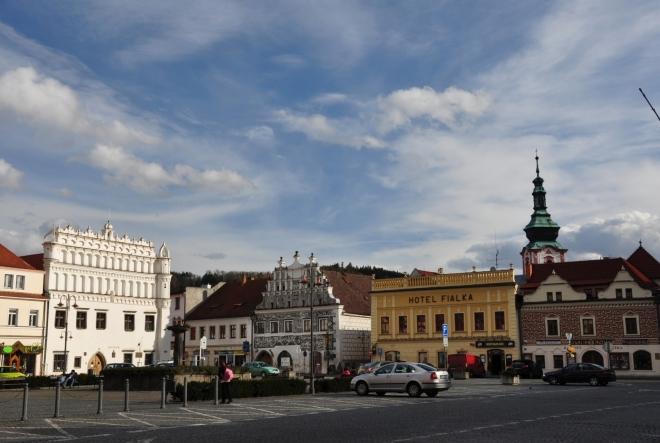 Večerní pohled na renesanční budovy náměstí.