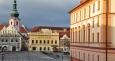 Ranní slunce osvítilo budovu radnice i kostelní věž. Vedle je hotel Fialka, dříve tzv.Krocínovský dům, pozdně gotický, který byl v 18 století barokně upravený. Jeho průčelí je zakončeno raně barokní balustrádovou atikou.