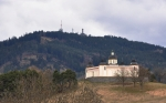 Pohled od stoupání na vrch Kalovy za sebe srovnal kapli s rozhlednou na Svatoboru.