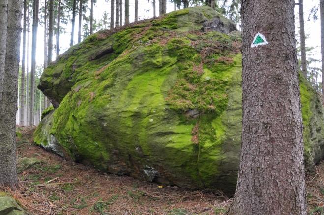 Na vrch Kalovy byl v dobách před rokem 1989 byl vstup přísně zakázán, protože zde byl utajený vojenský prostor. Mezi lidmi se mluvilo o tom, že pod celým kopcem vojáci vytvořili podzemní bunkry a obrovské muniční sklady. Bylo tam údajně skladováno tolik munice, že při jejím výbuchu by kamení zasypalo půl Sušice, říkalo se mezi sušickými občany. Pravda však zřejmě není tak divoká. Byl to divizní muniční sklad, který nebyl příliš rozlehlý. Byla tam skladována pouze lehká pěchotní munice, uvedl osmdesátiletý podplukovník ve výslužbě, který si nepřál být jmenován. Munice pro těžší zbraně a tanky byla uschována na jiném místě, dodal.