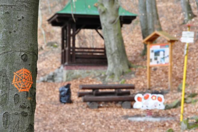 Schainostovo zátiší je ve stoupání kousek před odbočkou Hadí stezky.