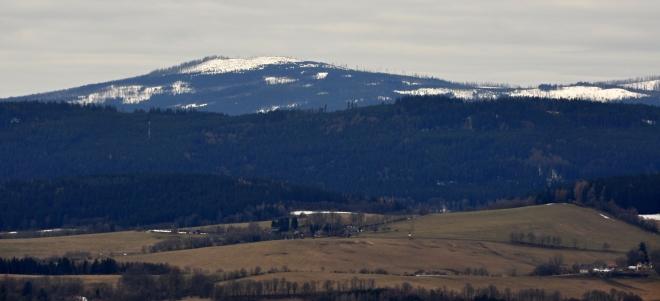 Již od úpatí rozhledny dohlédneme k šumavským vrcholům za Hůrkou a Prášily, např. na Ždánidla.