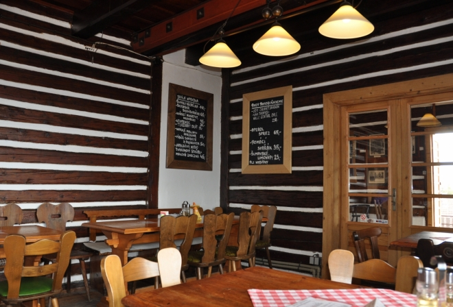 Svatobor je nejen rozhledna, ale i restaurace a horská chata s ubytováním. Na pivko a polévku se zastavíme i my.
