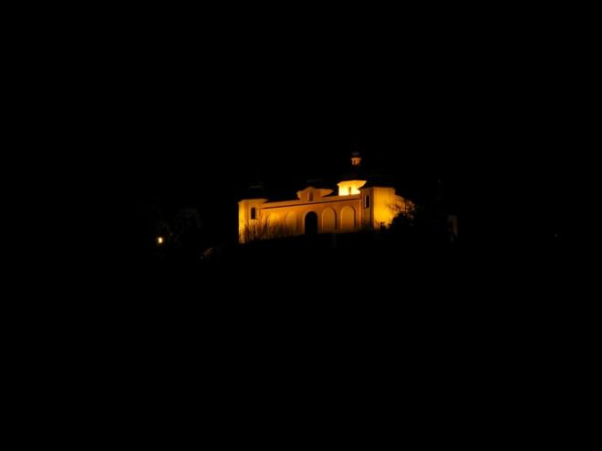Po deváté zjišťujeme, že kaple je skutečně osvětlena. Přinutí nás tak k dalšímu záběru, který chybí ve sbírce s názvem kaple Andělíček.