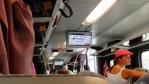 ještě dvě minuty a jedeme ... vlak je plně obsazený ... nikde žádný průvodčí, jen stevardi ...