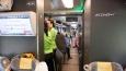 průhled vlakem, slečny v zelenožlutých tričkách jsou stevardky ...