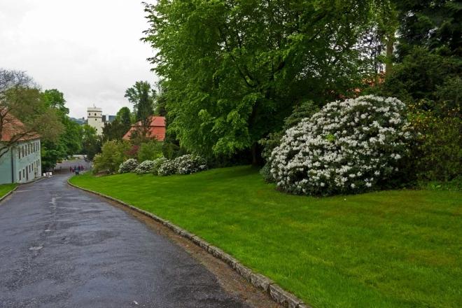 Orlík - pohled na hrad po vstupu do parku od parkoviště