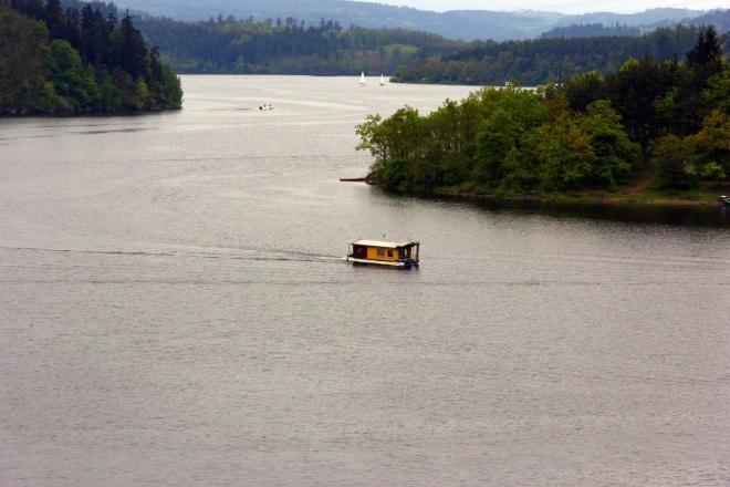 Orlík - pohled na plovoucí houseboat