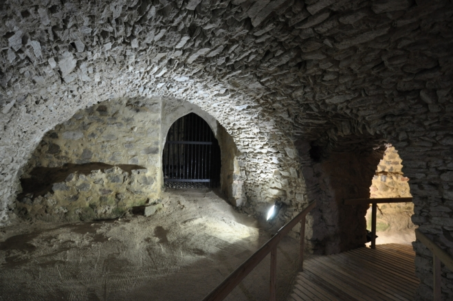... pověst vypráví i o tajné chodbě, která vedla ven z hradu na Svatou Annu, do gotické kaple z 13. století, nacházející se poblíž obce Oslov. Tou se obránci hradu v případě nebezpečí mohli dostat ven. Ale má to jeden háček. Cesta je hlídaná dvěma psy s ohnivýma očima ...