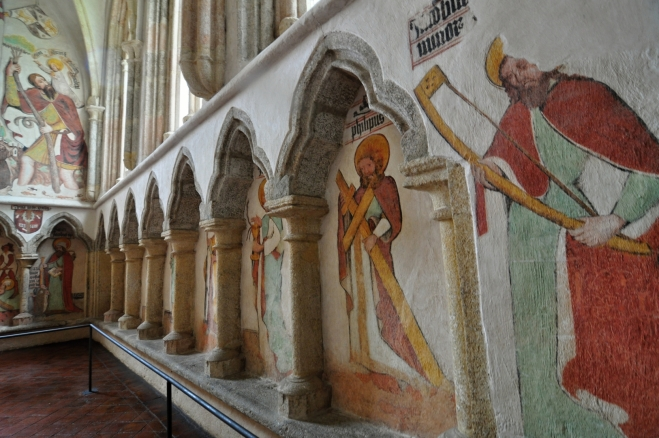 ... a jeden obraz střídá druhý, v nich náboženské motivy ...
