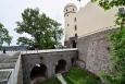 ... až později v 19. století novogoticky nově upravený zámek obehnal hluboký příkop s úzkým kamenným mostem ...