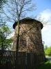 Kamenná věž tvrze v Drahonicích.